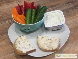 Mischbrot mit Geflügelsalat, Gemüsesticks und Kräuterquark
